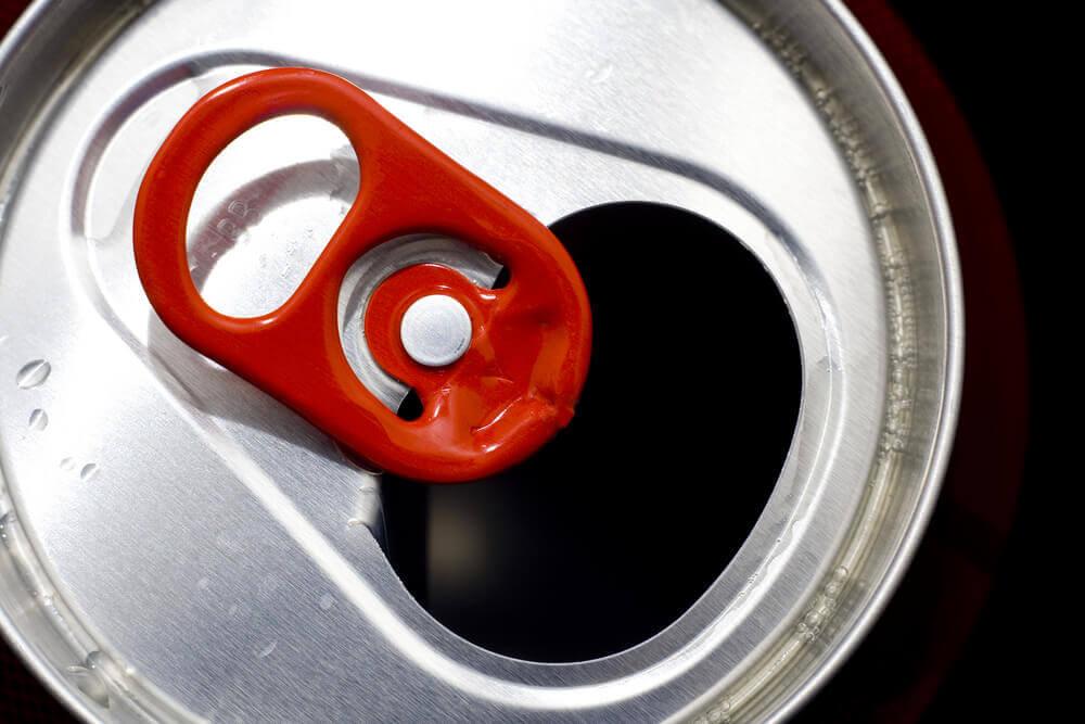 porte-clés réalisés avec des éléments recyclés : capsules de canettes de soda