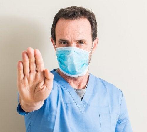 Un docteur ayant un masque pour se protéger de la grippe