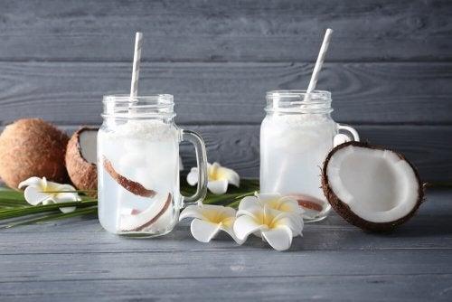 Deux verres d'eau de coco.