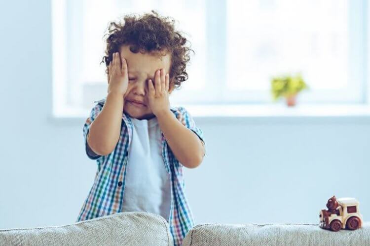 Un enfant qui pleure car ses parents sont partis sans dire au revoir