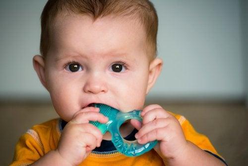 enfant en train de mordre pour faire ses dents