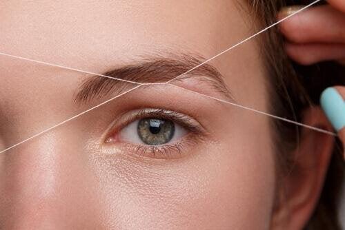 épilation des sourcils au fil