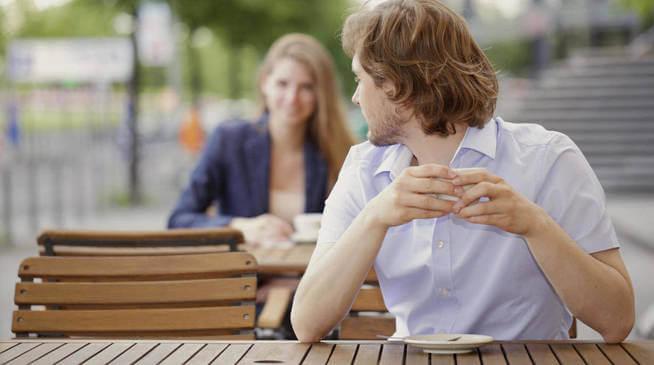 """Un homme qui aimerait dire """"je t'aime"""" à une femme dans sa langue"""