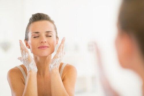 un bon nettoyage pour avoir la peau jeune à 40 ans
