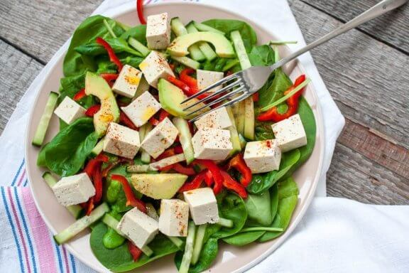 Salade d'épinards et de tofu pour les végétaliens