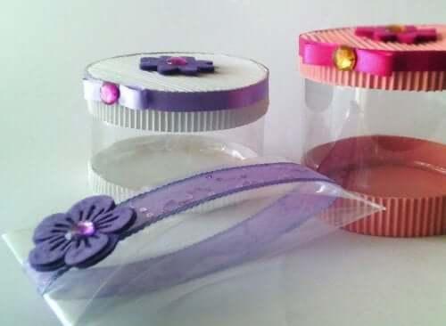 paquets cadeaux avec bouteilles en plastique