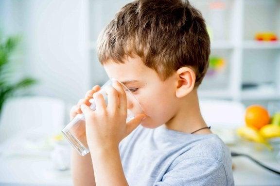 les vomissements fréquents chez les enfants peuvent être traités grâce à une bonne hydratation