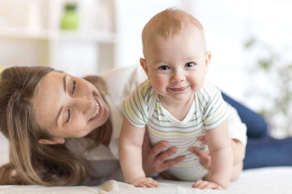 apprendre à un bébé à marcher à quatre pattes