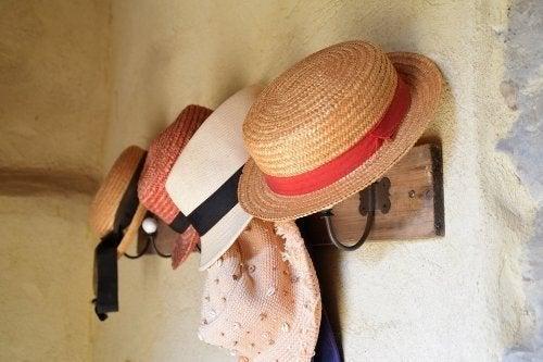 Comment faire un portemanteau pour accrocher vos chapeaux ?