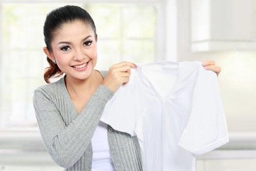 enlever les taches sur les vêtements grâce au produit nettoyant pour vitres