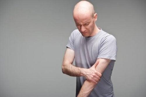 homme souffrant d'une tendinite du biceps