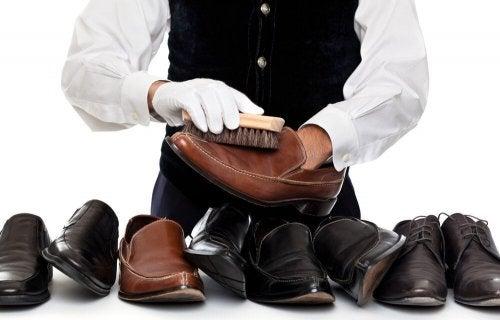nettoyer les chaussures en cuir avec une brosse