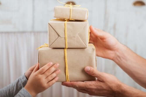 paquets cadeaux en carton