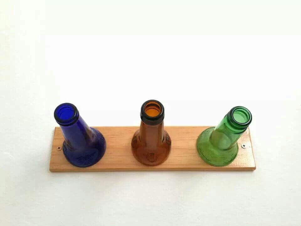 portemanteau fait maison avec des bouteilles en verre