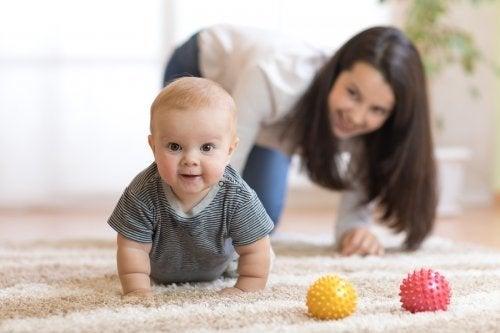 5 clés pour encourager votre bébé à marcher à quatre pattes
