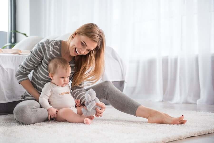 aider un bébé à marcher à quatre pattes