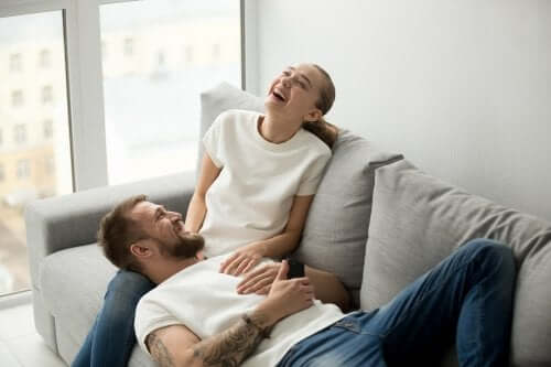 déménagement en couple heureux