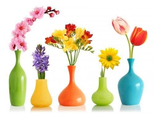 vases décoratifs peints avec de la peinture aérosol