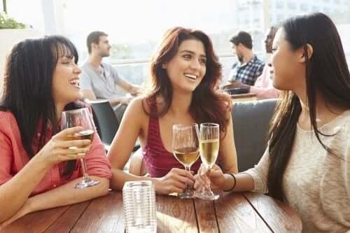 Trois amies boivent un verre ensemble
