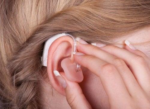 La pose d'un appareil auditif en cas d'hypoacousie