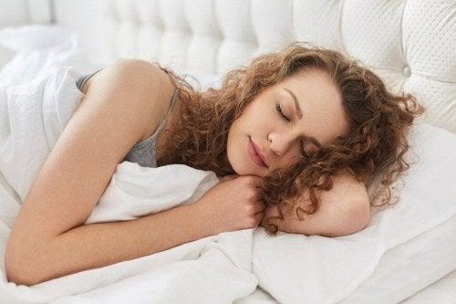 Relever la tête du lit prévient le reflux nocturne