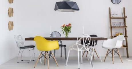 chaises en matériaux recyclés autour d'une table