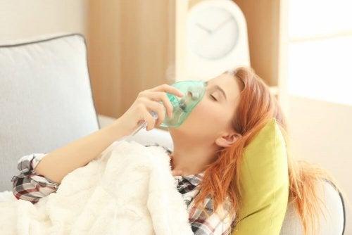 Jeune femme faisant une crise d'asthme aigu