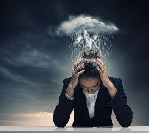femme qui souffre de migraines