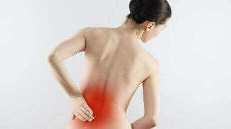 femme souffrant d'arthrose de la colonne vertébrale