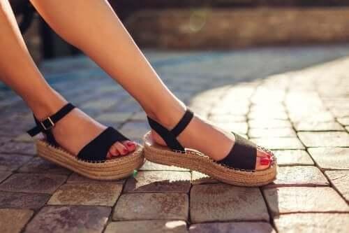 3 solutions naturelles pour éliminer les mauvaises odeurs de vos sandales