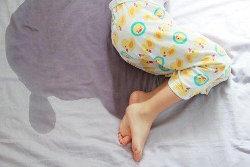 Un enfant qui a fait pipi au lit et qui est concerné par l'incontinence urinaire