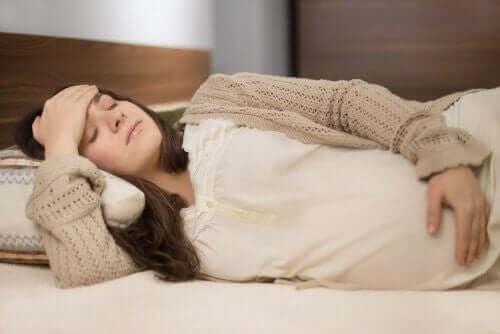 femme enceinte éprouvant des maux de tête