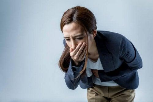 Une femme qui a des nausées à cause du Prozac