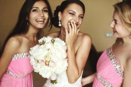fiancée et ses demoiselles d'honneur parlant de l'organisation du mariage
