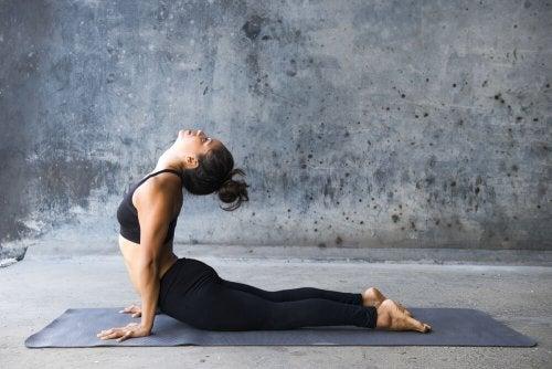 La posture du cobra permet de faire travailler les abdominaux