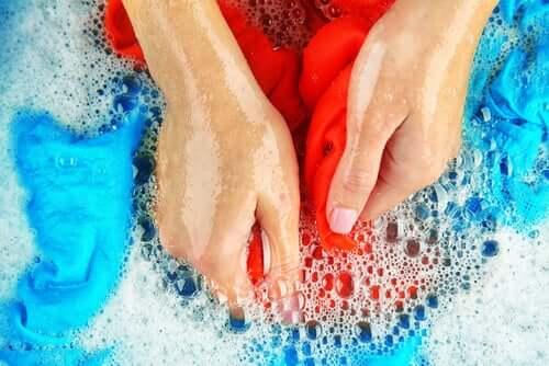 Nettoyez les taches d'huile sur les vêtements avec du liquide vaisselle