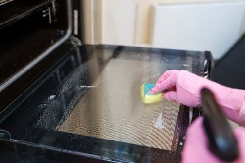 Comment nettoyer votre four grâce à 5 méthodes