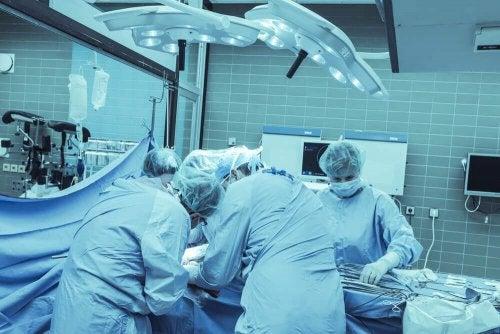 Des chirurgiens en train de pratiquer une hémisphérectomie