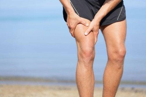 Personne souffrant de douleurs dans le genou dues à l'ostéo-arthrite