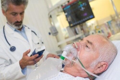 Une personne âgée hospitalisée