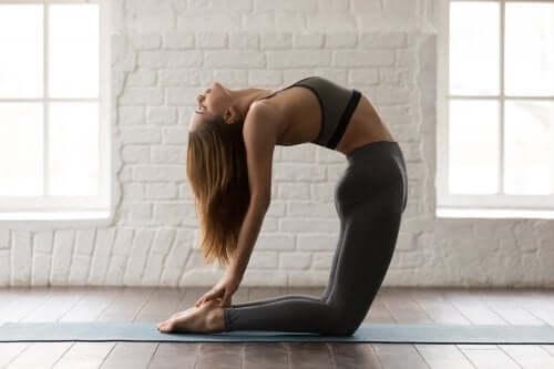 5 postures de yoga pour faire travailler les abdominaux