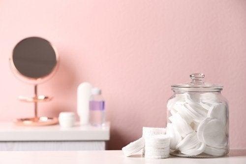 Comment ranger votre salle de bains à l'aide de bocaux