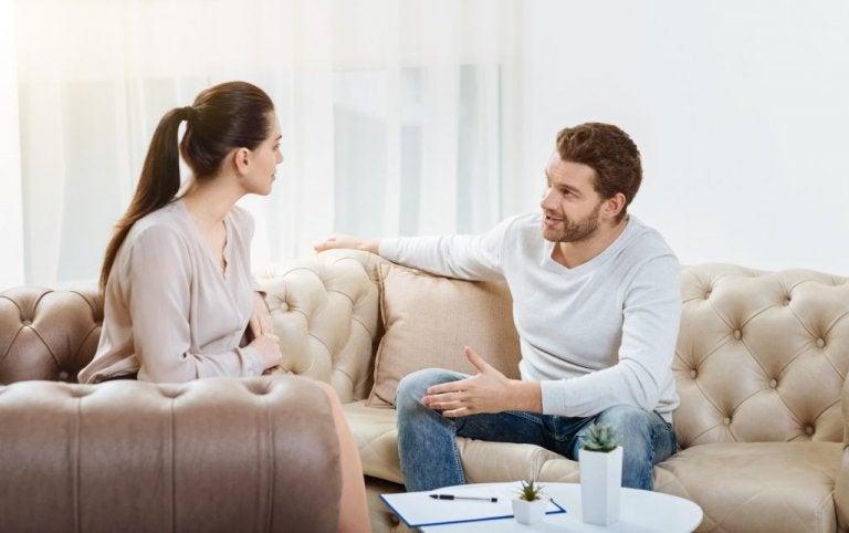 Un couple qui parle de sa relation