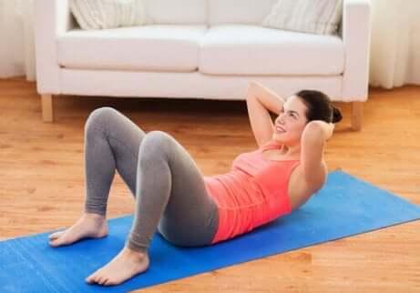 Une femme qui mène un entraînement abdominal à domicile