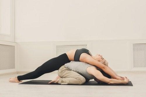 Un couple qui fait du yoga