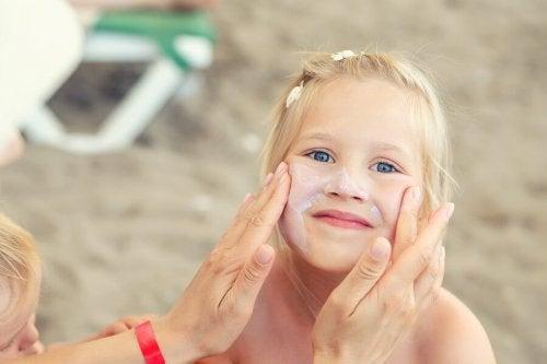 Il faut mettre de la crème solaire sur la peau des enfants en été