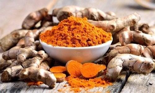 Le curcuma fait partie des épices naturelles permettant de soulager les douleurs au niveau du genou