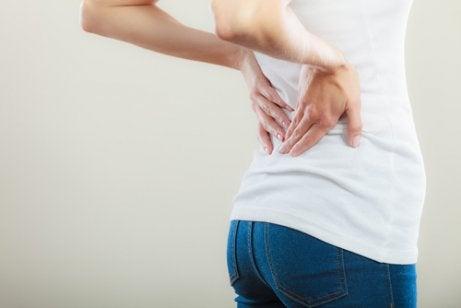 Une femme éprouve des douleurs de dos à cause de la spondylarthrite ankylosante