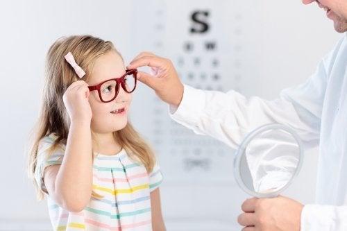 Une petite fille ayant des problèmes de vision