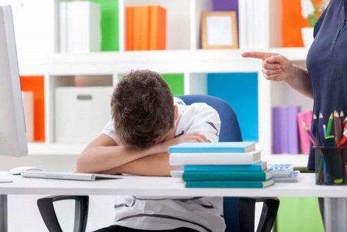Un enfant qui dort en cours à cause de troubles du sommeil
